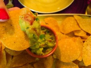 la-cucaracha-nachos-con-salsa-guacamole-foodtellers